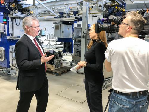"""Sat.1 Bayern berichtet über internationale Spitzendieseltechnologie """"Made in Ruhstorf"""""""