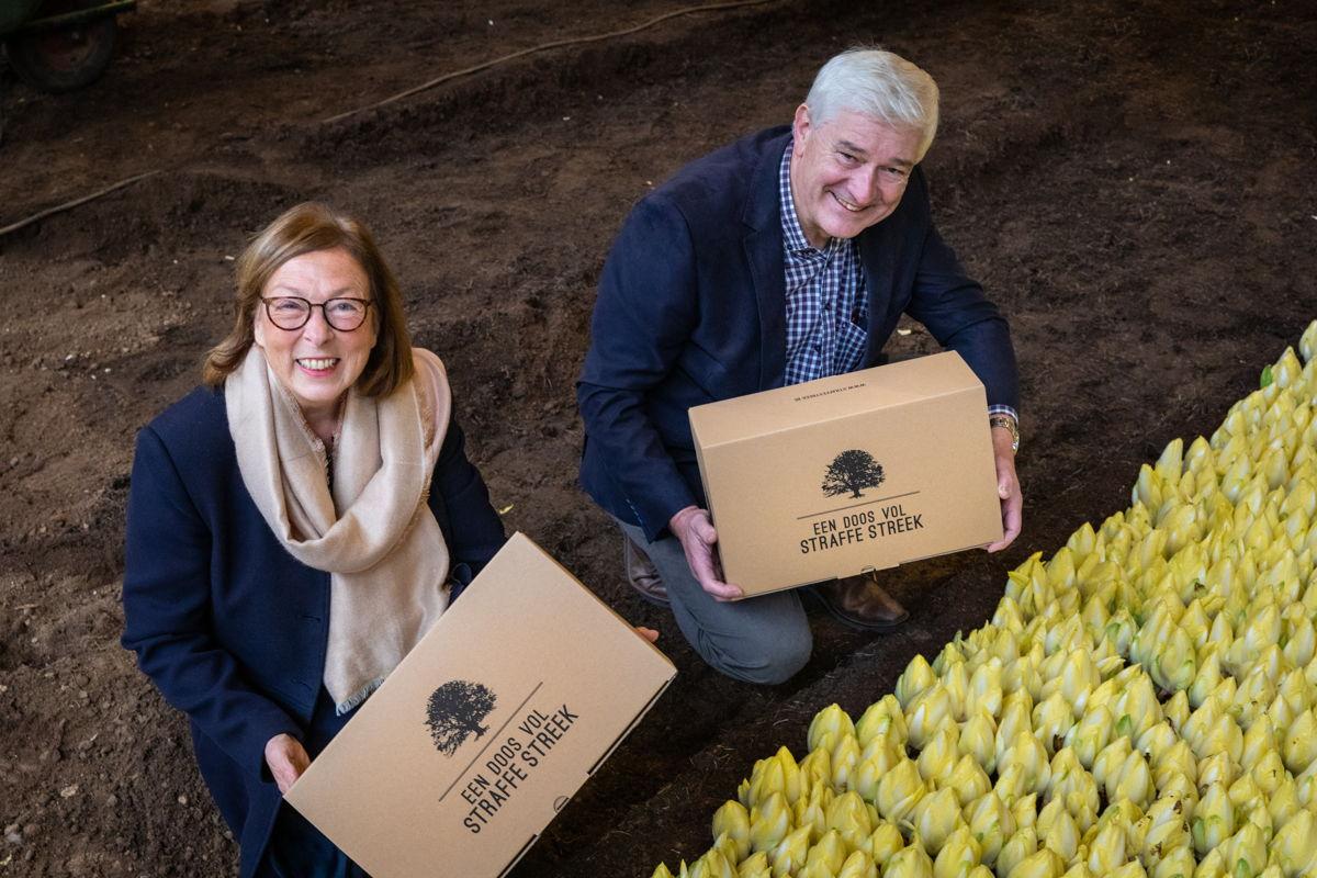 Gedeputeerde Swinnen en voorzitter Vleminckx tonen de verrassingsboxen (@Luk Collet)
