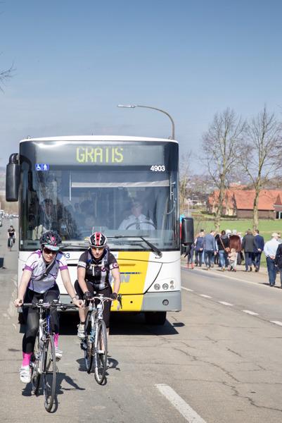Wielerliefhebbers hoeven dankzij de gratis pendelbussen van De Lijn geen moment van de Ronde van Vlaanderen te missen. (c) Stefaan Van Hulle