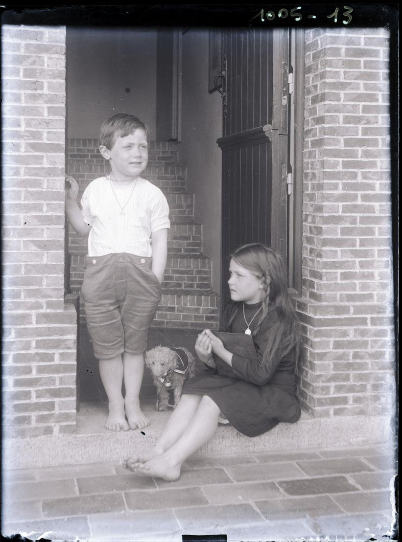 Streuvels' kinderen Paul en Paula in de deuropening van het Lijsternest. Foto van Stijn Streuvels, ca. 1914