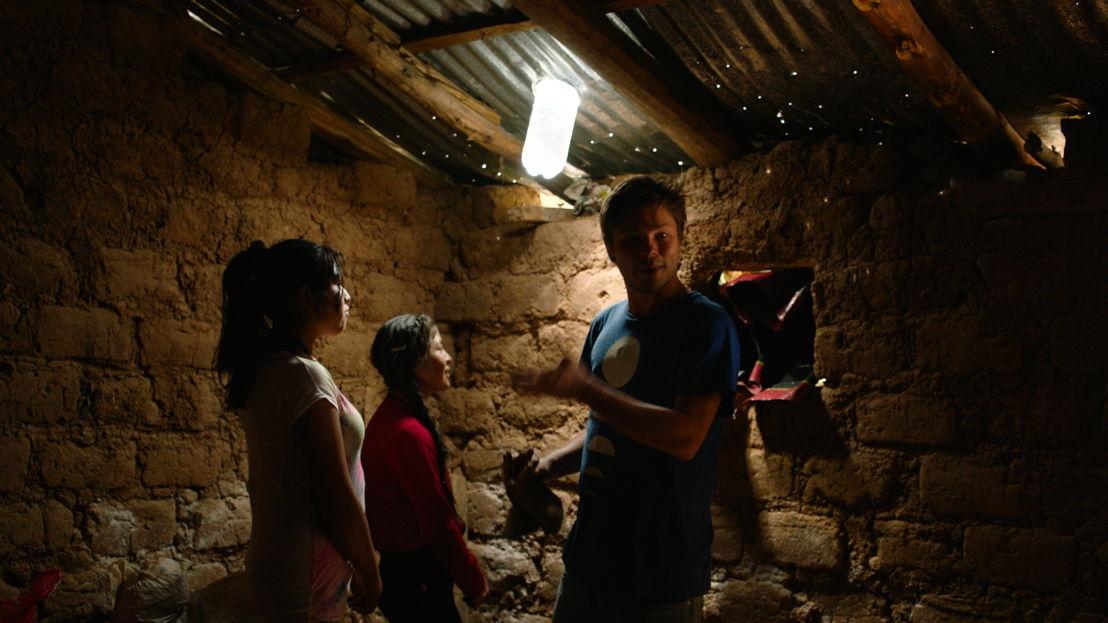 Goed gezien! - Leonard, Kelly en Liz en hun lichtfles - (c) Padaboem