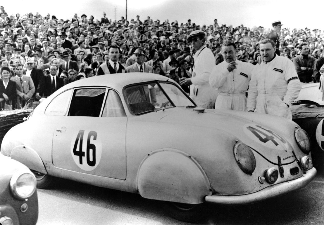1951. Porsche participa por primera vez en las 24 Horas de Le Mans y gana la categoría de hasta 1.1 c.c. con un 356 SL Coupé con carrocería de aluminio