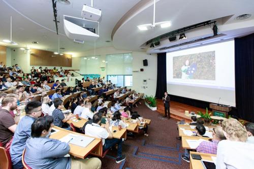Charles Bark在新加坡INSEAD人工智能论坛发表演讲