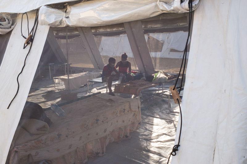 Patienten die besmet zijn met pest moeten in quarantaine in tenten (c) RIJASOLO / Médecins Sans Frontières