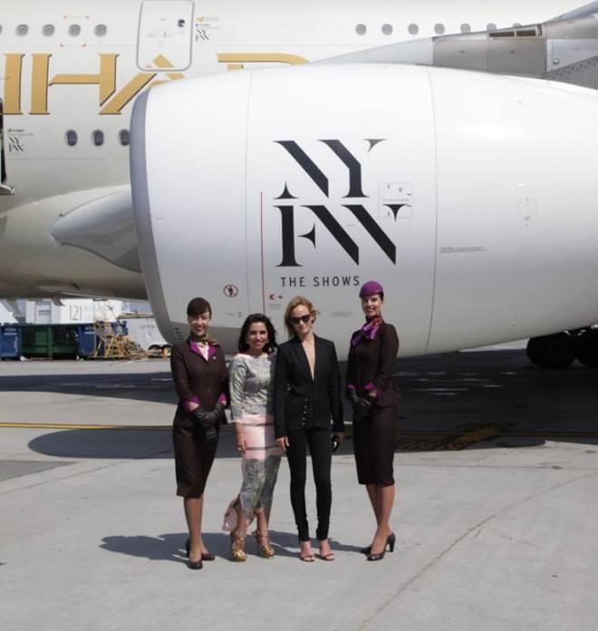 Van links naar rechts: Amina Taher, Head of Corporate Communications Etihad Airways en supermodel Amber Valletta onthullen op JFK International Airport de livery van de A380, met logo op de motoren en deuren.