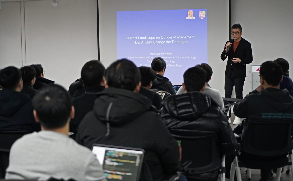 Dr. Mok lectures for Lunit employees during his visit to Seoul HQ last month.