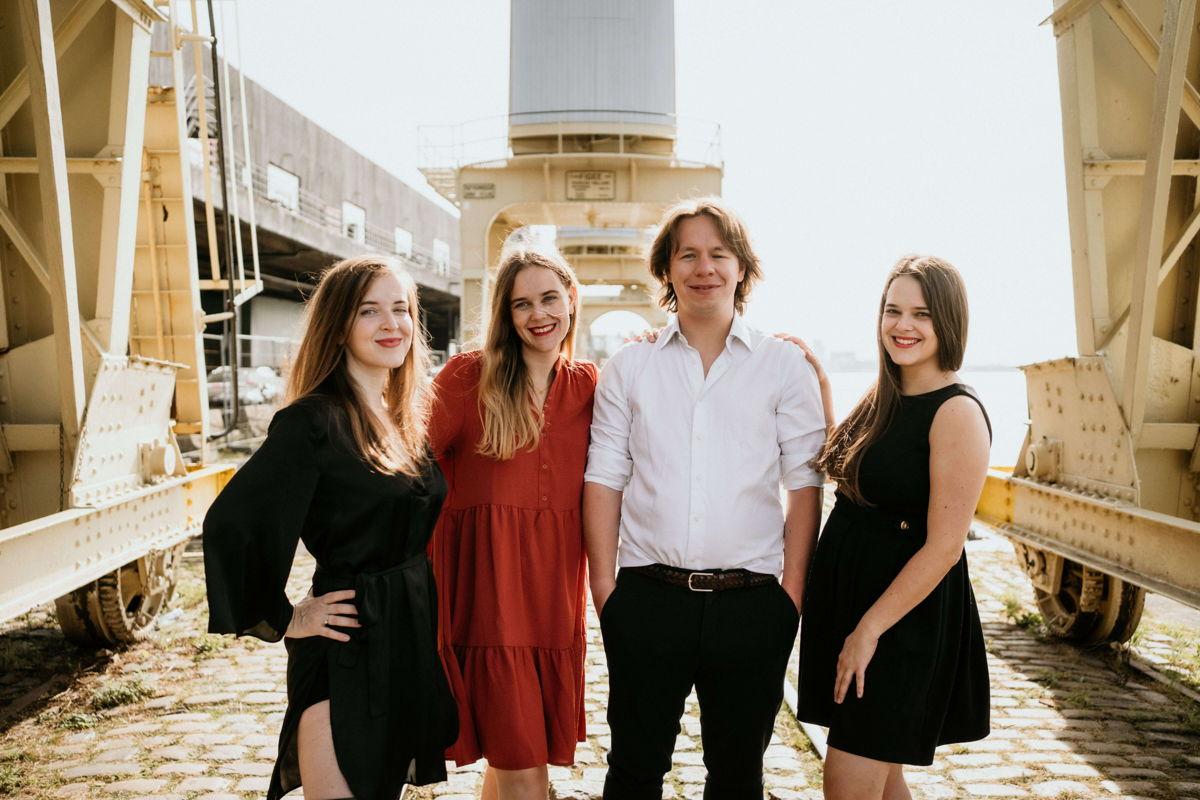 Zussen Laurien, Astrid en Charlotte Van den Broeck met partner Timothy Verhaeghe (fotocredits: Joke De Nef)