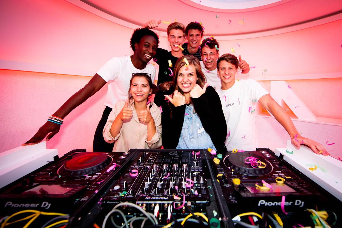 Finalisten MNM Start To DJ 2019 met MNM-dj Laura Govaerts