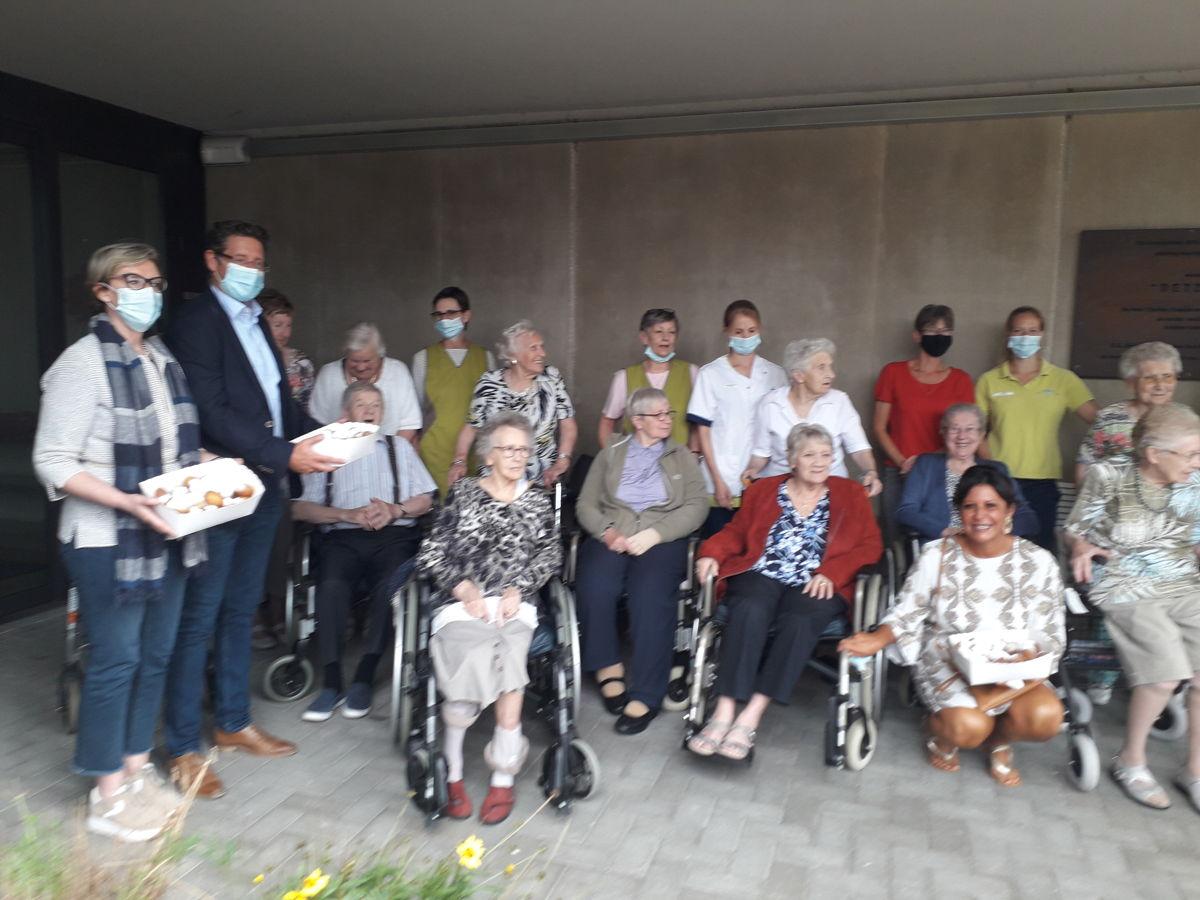 Gedeputeerde Ann Schevenels en burgemeester Jo Roggen gingen in het kader van Foor Local smoutebollen uitdelen in het rutshuis van Geetbets
