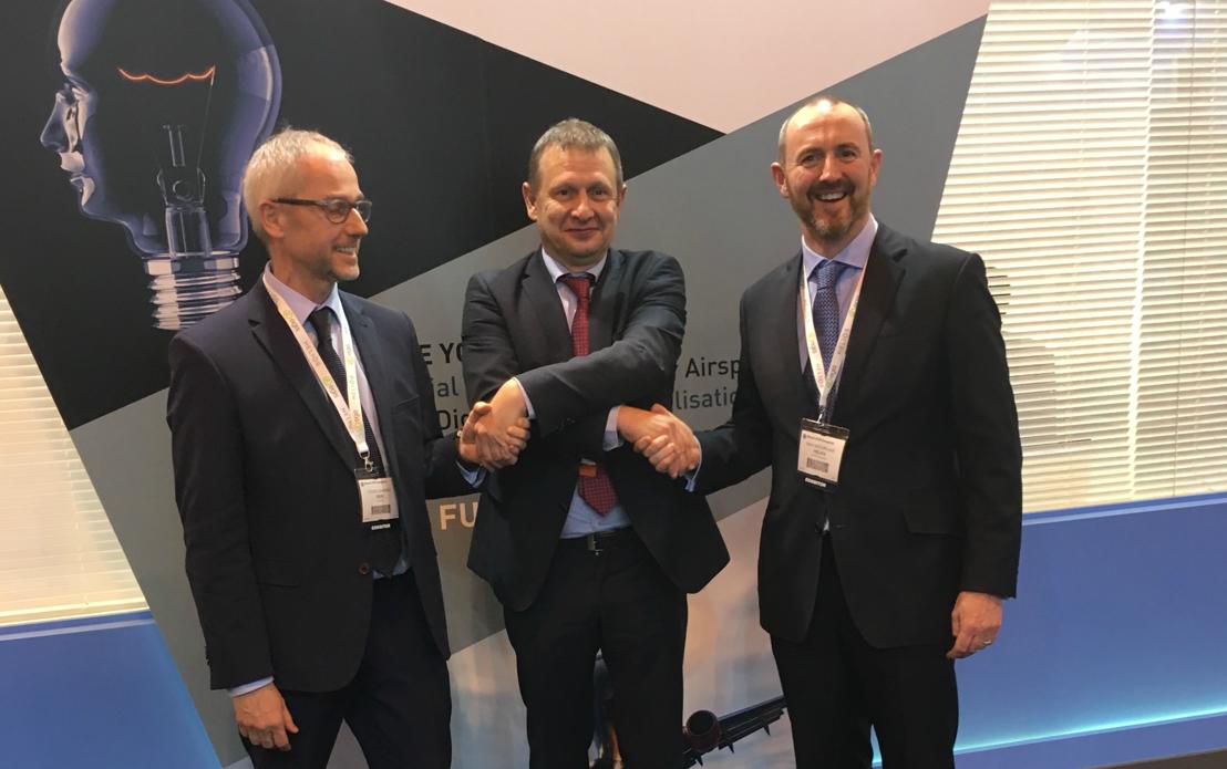 Poignée de main dans le cadre du World ATM Congress à Madrid : Cédric Barbier, CEO d'Egis ; Johan Decuyper, CEO de Belgocontrol et Nick McFarlane, directeur de Helios
