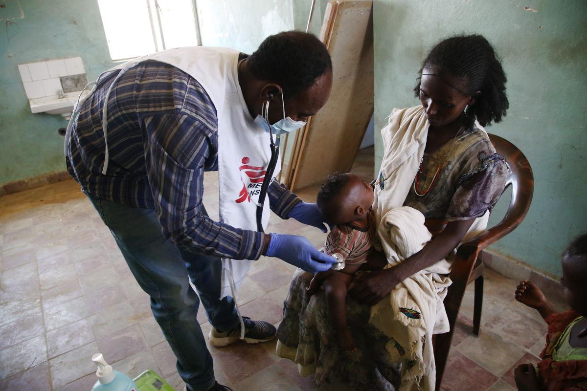Un médico pasando consulta a un niño en la clínica móvil de MSF en la aldea de Adiftaw, en el noroeste de Tigray. Foto: Igor G. Barbero/MSF