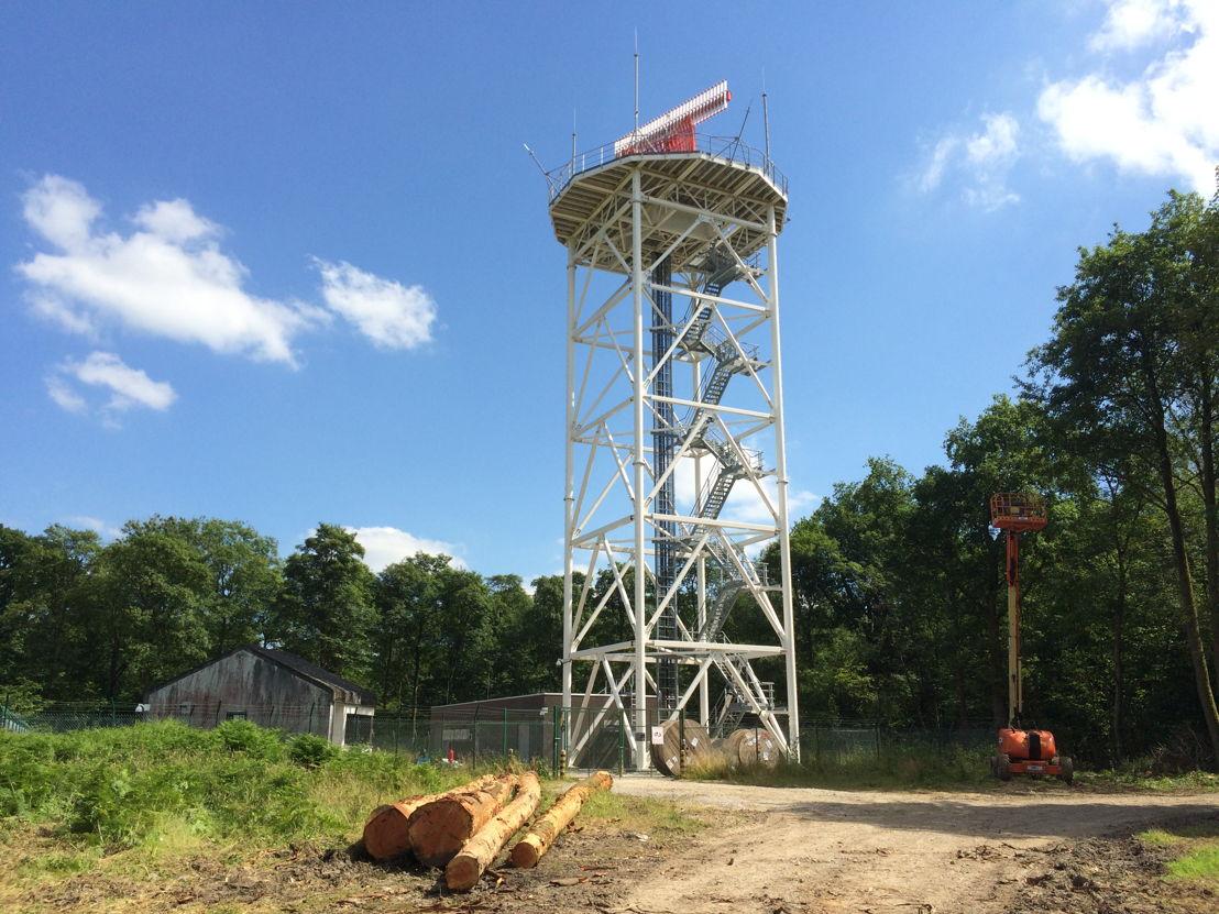 De nieuwe radar van Belgocontrol is op een toren van 30 meter hoog geïnstalleerd