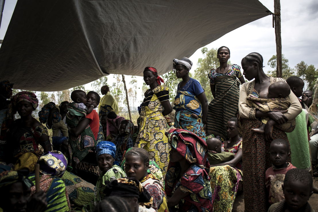 Internally Displaced Congolese women and children wait outside a makeshift MSF health clinic on 2 March 2018 in Telega. ©John Wessels/MSF