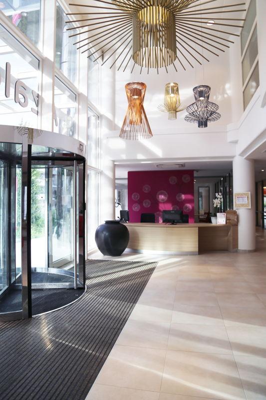 Inkomhal doet denken aan de lobby van een hotel