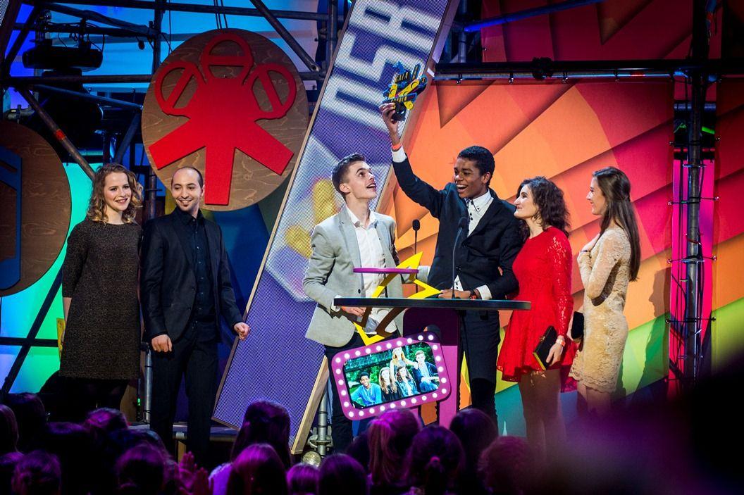 Gala van de Gouden K's 2014 -  De cast van D5R krijgt de Gouden K voor de Ketnetreeks van het jaar uit handen van Joy Anna Thielemans & Nawfel Bardad-Daidj uit Thuis- (c) VRT-Frederik Beyens