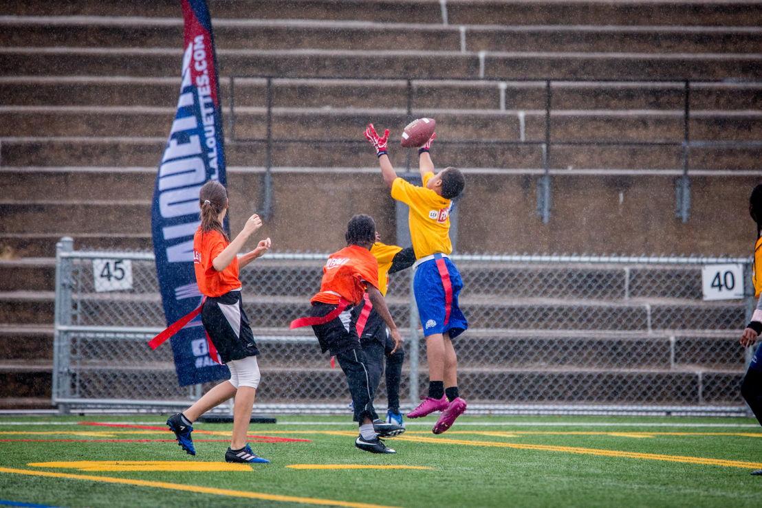 Une réception spectaculaire lors du tournoi régional de flag-football LCF/NFL de Montréal, présenté samedi au Complexe sportif Claude-Robilllard. Crédit : Dominick Gravel / LCF.