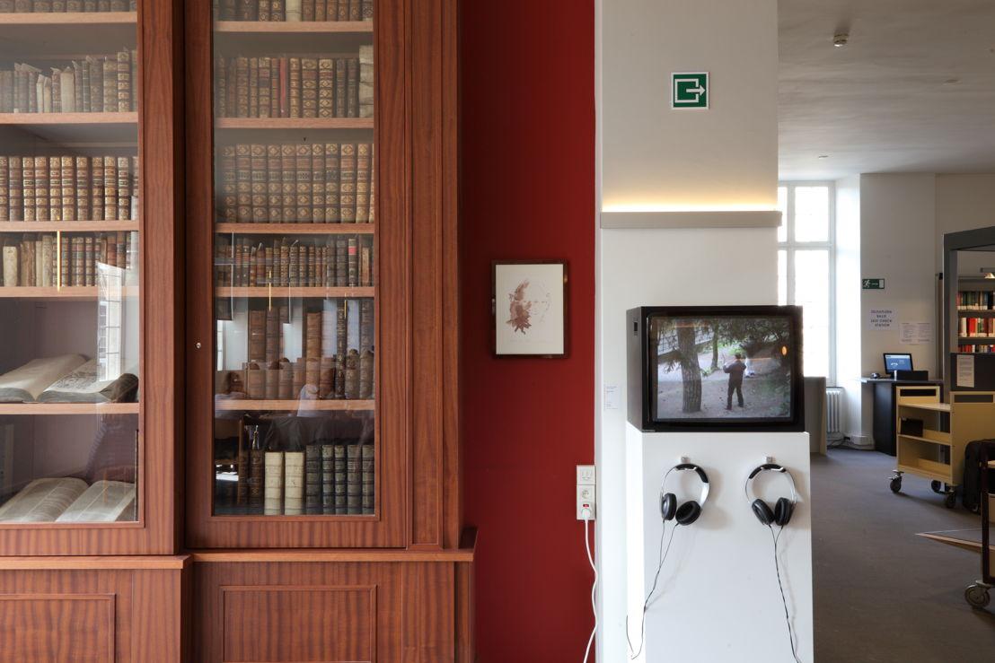 Installatiezicht &#039;Entre nous quelque chose se passe...&#039; in de Bibliotheek Faculteit Rechtsgeleerdheid KU Leuven. <br/>Kunstenaar en werk: Ria Pacquée, Entre nous quelquec hose se passe... (2006)<br/>Foto © Dirk Pauwels