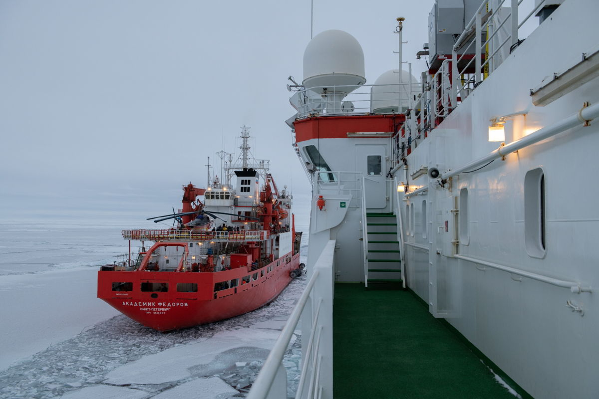 The Polarstern getting close to the Akademik Federov to transfer fuel, staff and scientific instruments  © Alfred-Wegener-Institut/Esther Horvarth (CC-BY 4.0)