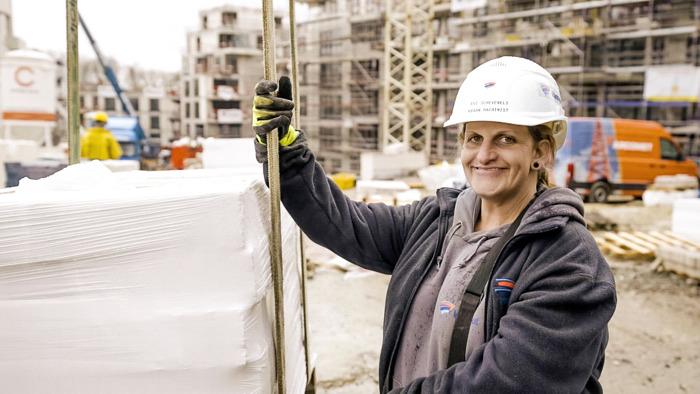 "Preview: Torenkraanmachiniste Evi in Lady Bouwers: ""Je kan maximum acht meter vallen dus cava'kes hé!"""