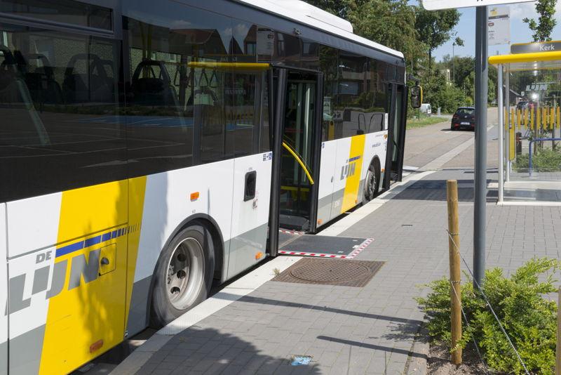 Een lagevloerbus met uitgeklapte oprijdplaat. (foto: Stefaan Van Hul)