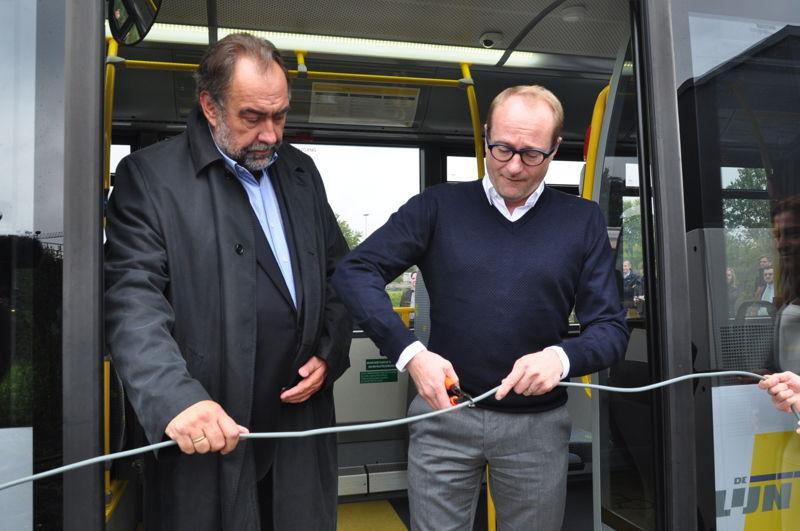 Knippen symbolisch de stroomkabel door i.p.v. het traditionele lintje: (vrnl) Vlaams minister van Mobiliteit Ben Weyts en voorzitter van de RVB Marc Descheemaecker.