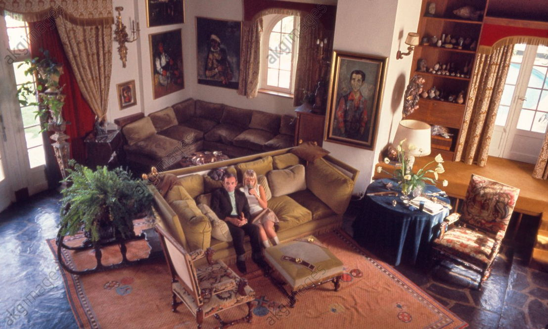 In his house in Galluis (Dép. Yvelines, France): Charles Aznavour with his wife Ulla Thorsell in the living room. Photo, October 1967.<br/><br/>AKG2141909