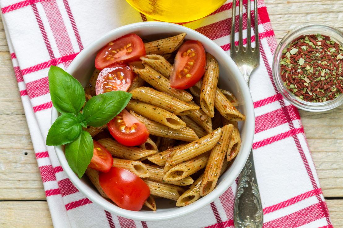 Penne con pomodoro, basilico e olio d'oliva