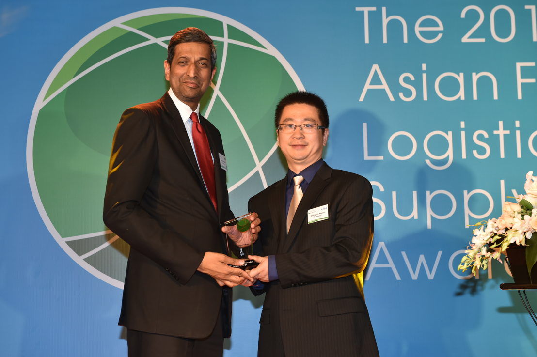 Ravishankar Mirle, VP Cargo Commerical Operations - Far East and Australasia accepting the award for Emirates SkyCargo.