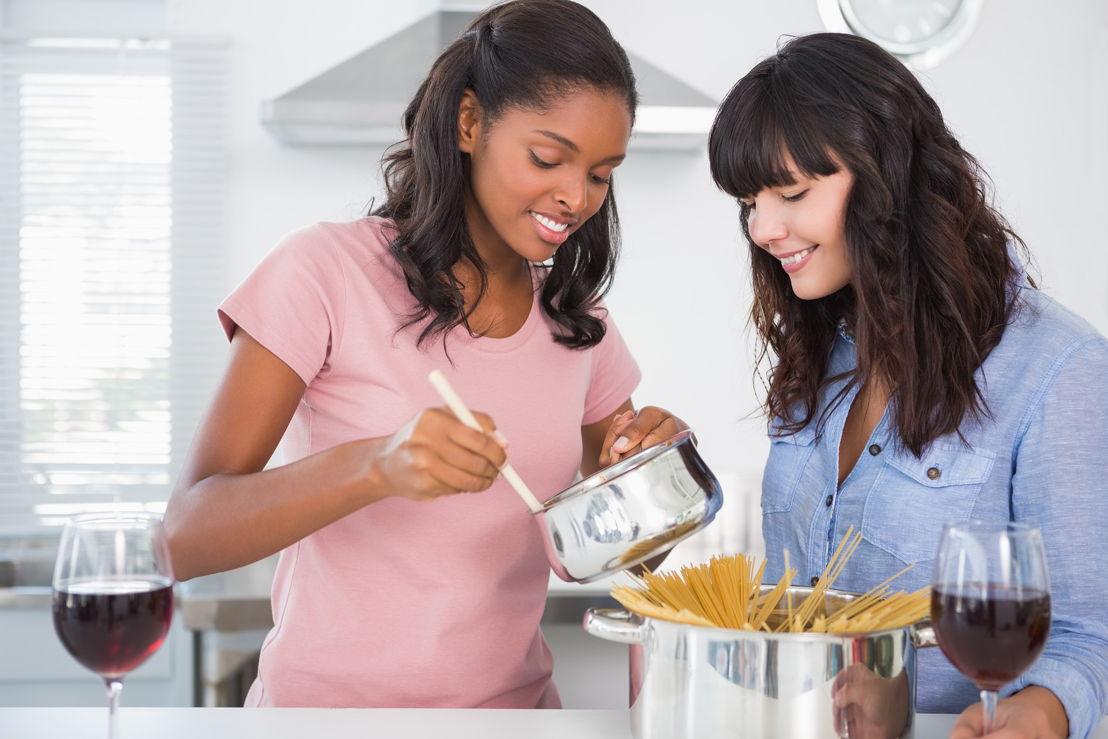 Nuovi italiani_amiche in cucina con pentole di spaghetti