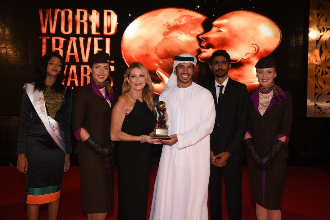Linda Celestino, Etihad Airways' Vice President Guest Services en Abdulrahman Al-Hadhrami, Manager Marketing Communications, nemen de award in ontvangst voor 'World's Leading Airline' en 'World's Leading Airline - First Class' tijdens de 23ste World Travel Awards.