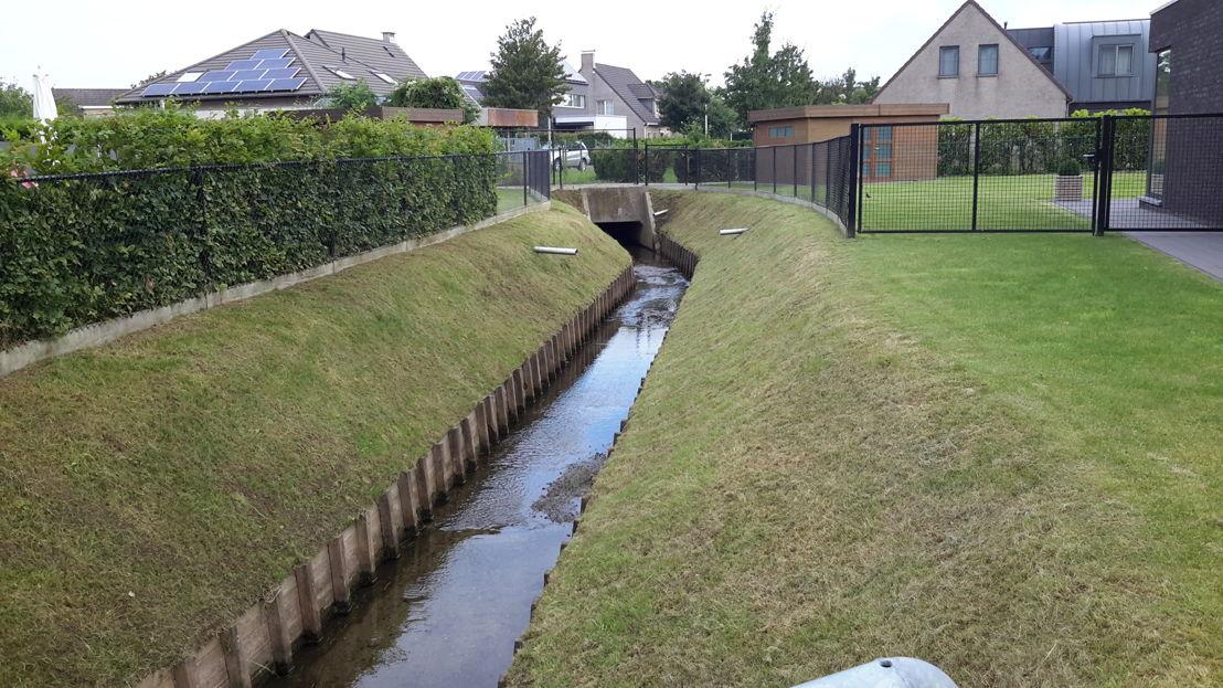 Langs een geklasseerde waterloop moet je als oeverbewoner een strook van 5 m vrijhouden zodat de waterbeheerder met een kraan kan passeren om onderhoudswerken uit te voeren.