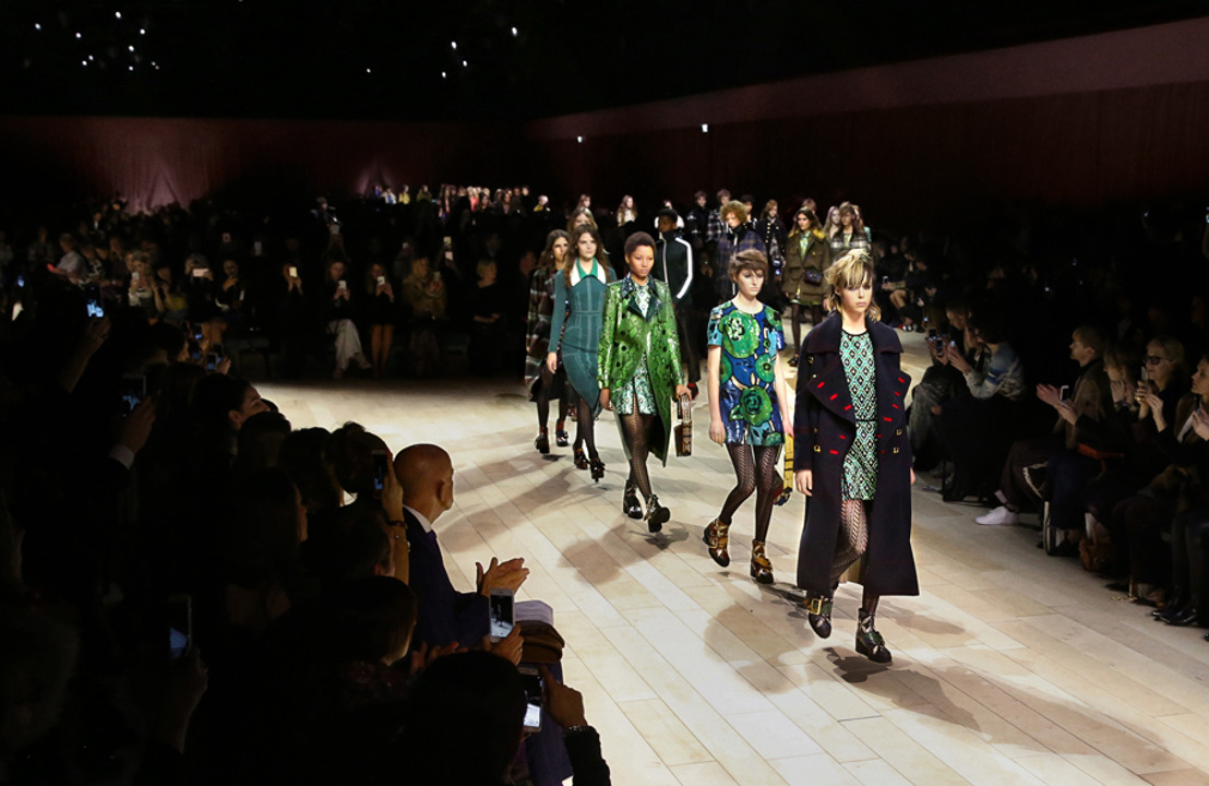 """Burberry revela su más reciente colección """"The Patchwork"""" una serie de diseños individuales y bolsas con nombres."""