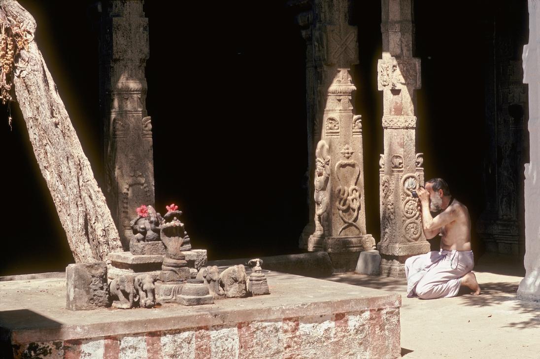 En 1993, Roland Michaud en pleine action photographiant l'intérieur du temple Thanamalayan à Suchindram (Tamil Nadu, Inde) © Roland & Sabrina Michaud / akg-images