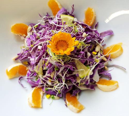 Con la primavera più colore nel piatto. In tutto il mondo, come in Italia, spopolano le insalate tradizionali e non.