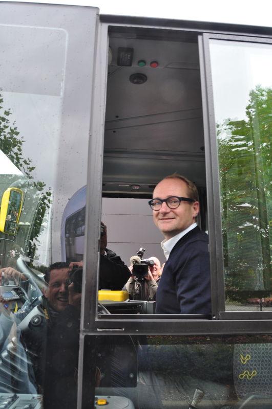 Vlaams minister van Mobiliteit Ben Weyts aan het stuur van een inductief geladen, volledig elektrische bus.