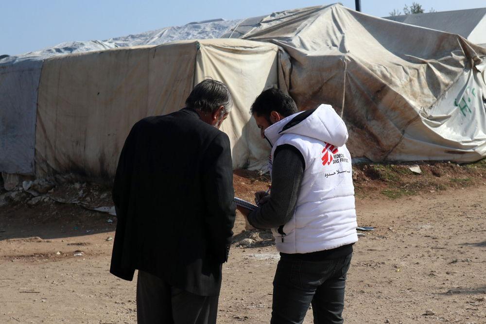 Un trabajador de MSF  y uno de los desplazados en el campo de Qadimoon. Copy: MSF