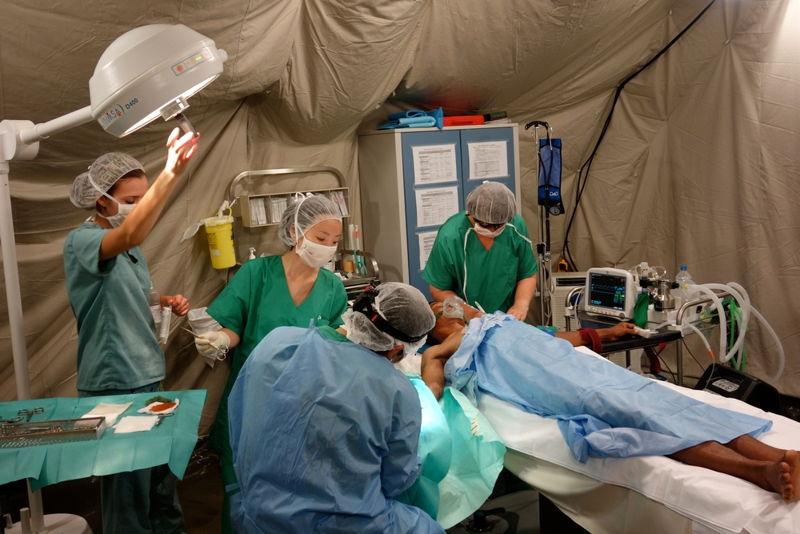 네팔의 국경없는의사회 구호 활동지에 설치된 구호 텐트에서 수술을 진행하고 있다. [Benoit Finck/MSF]