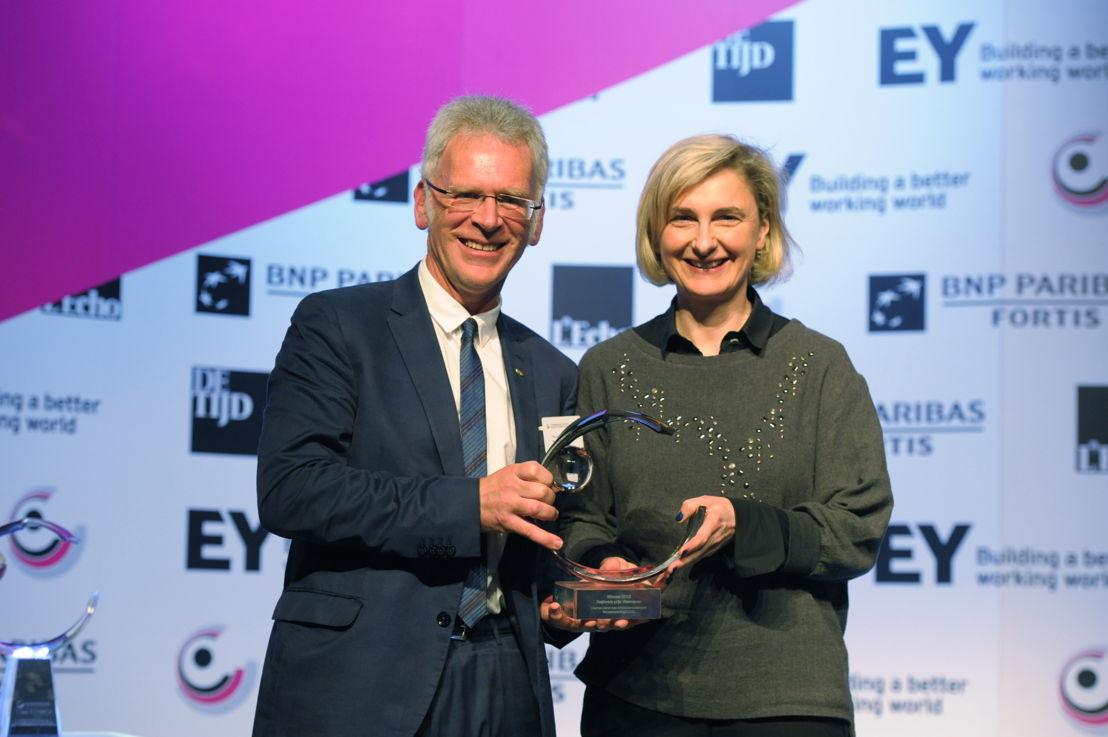 Fons Leroy de VDAB reçoit le prix 'l'Organisation Publique Régionale de l'Année 2015 – Flandre' de Hilde Crevits