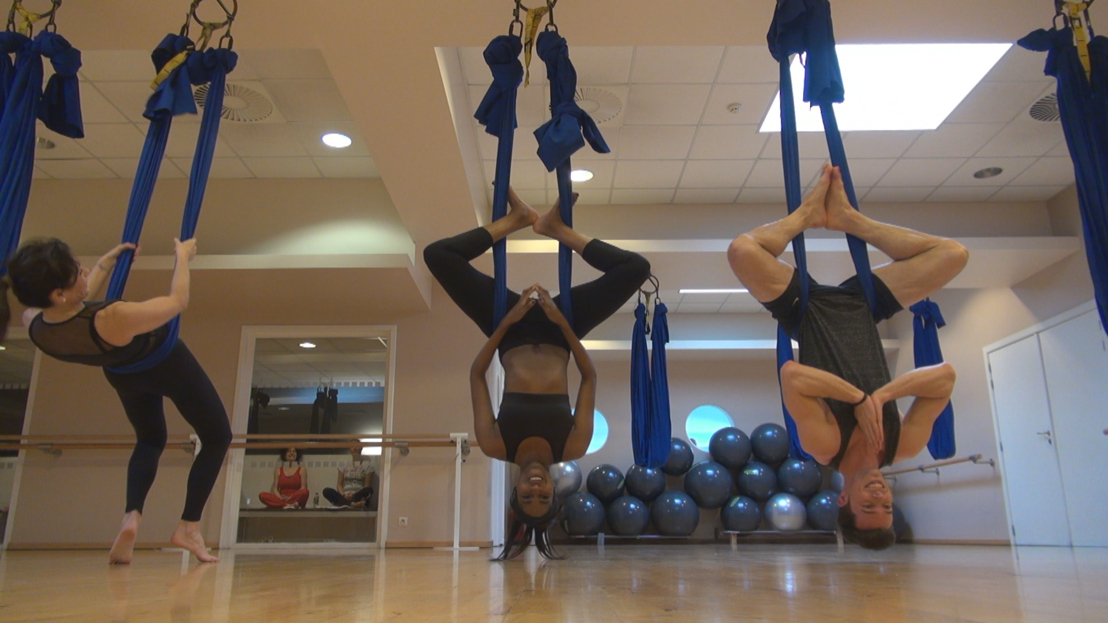 Elodie Ouedraogo doet aan Aerial Yoga (say whàt?).