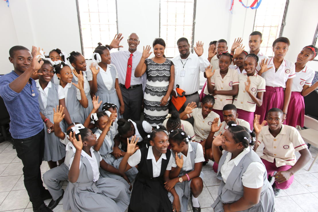 A group of secondary school students say thanks joined by ECTEL Managing Director Embert Charles, Mayor of Arcahaie, Ms. Rosemila Sainvil Petit-Frere, and Director General of the Public Library and ICT Center Charles Rogles.