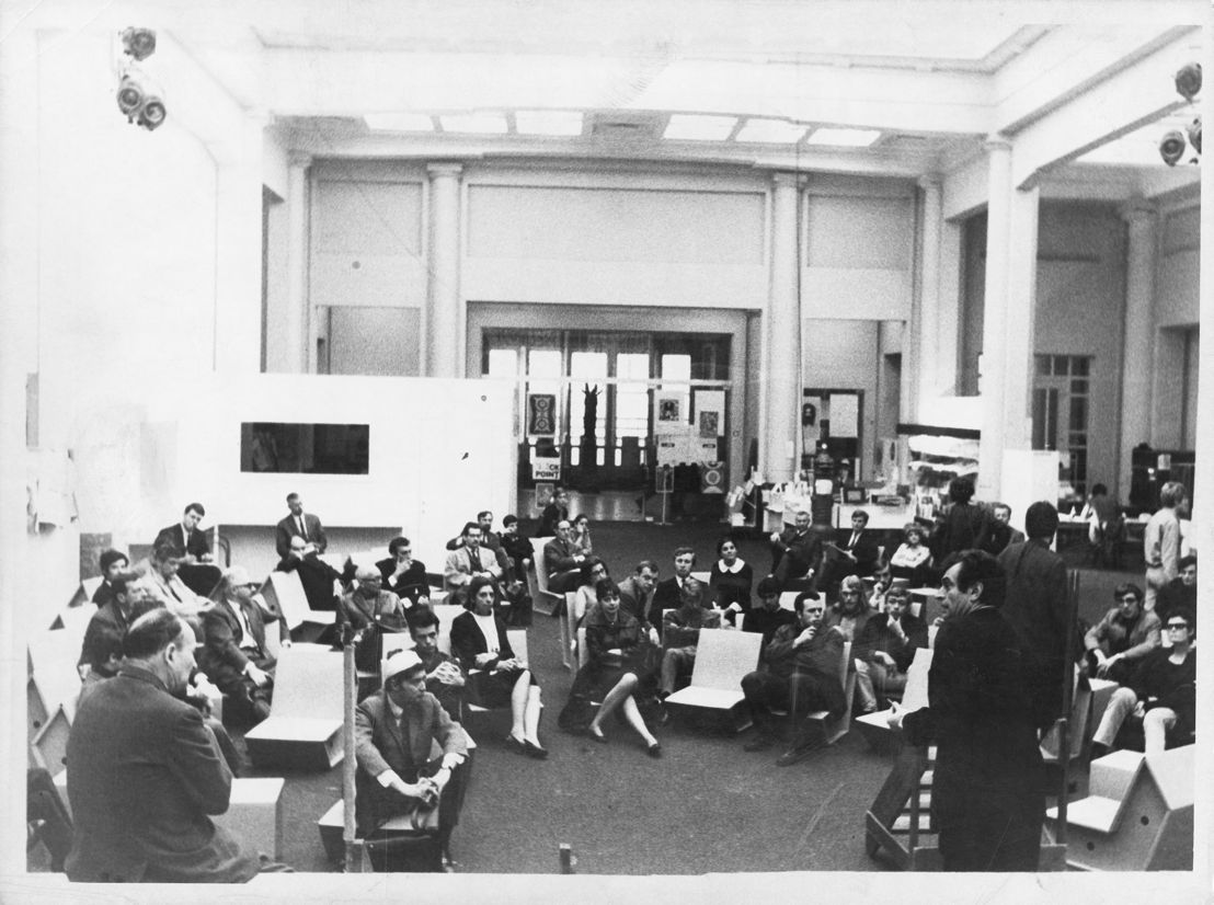 RITCS - Winter School - 9 > 11/01 - Photo: Speech by Marcel Broodthaers during the artists' occupation of the Palais des Beaux-Arts in Brussels, May 1968 © Archives of the Centre for Fine Arts Brussels