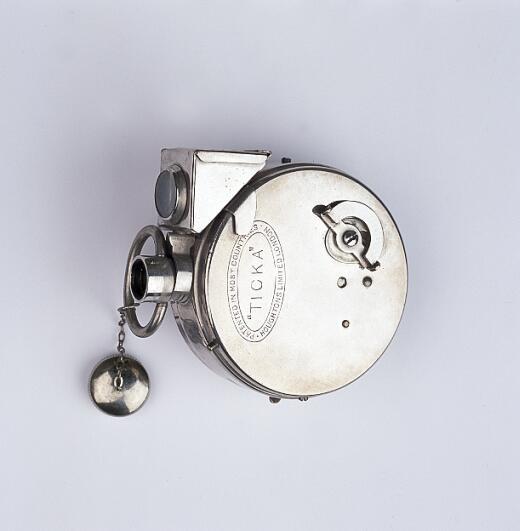 Collection In Transit - Ticka Watch Camera, geheimcamera in de vorm van een zakhorloge ontworpen door Magnus Nièll in 1904, Houghtons, Ltd., Londen, VK, 1907 F/1967/290 © Collectie FOMU