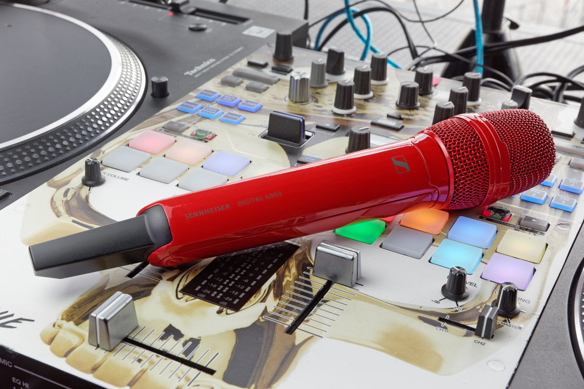At the artist's request, Sido's SKM 6000 handheld transmitter was given a stunning bright red finish at the Sennheiser factory in Wedemark – in keeping with the artwork of his latest album