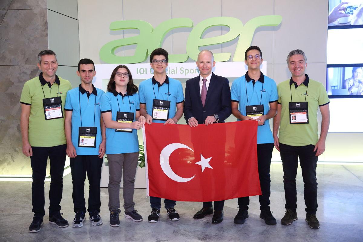 宏碁俄羅斯、東歐及土耳其副總裁Grigory Nizovsky(右三)與土耳其選手合照