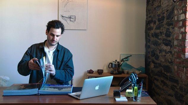 Alex Perweiler kijkt in het Canvasconnectie-album - (c) VRT