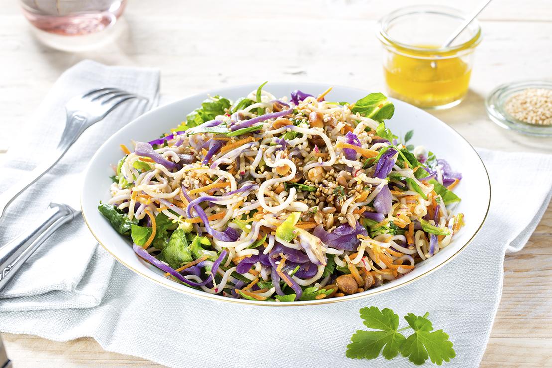 Lauwwarme salade van boekweitnoedles met lentegroenten
