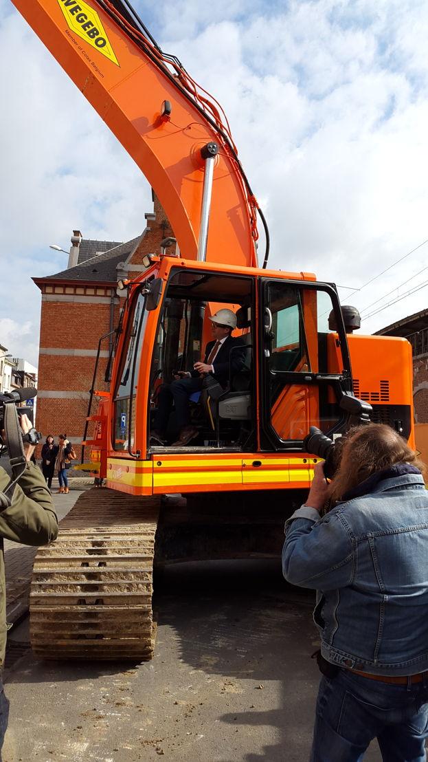 Vlaams minister van Mobiliteit Ben Weyts geeft startsein van de afbraakwerken