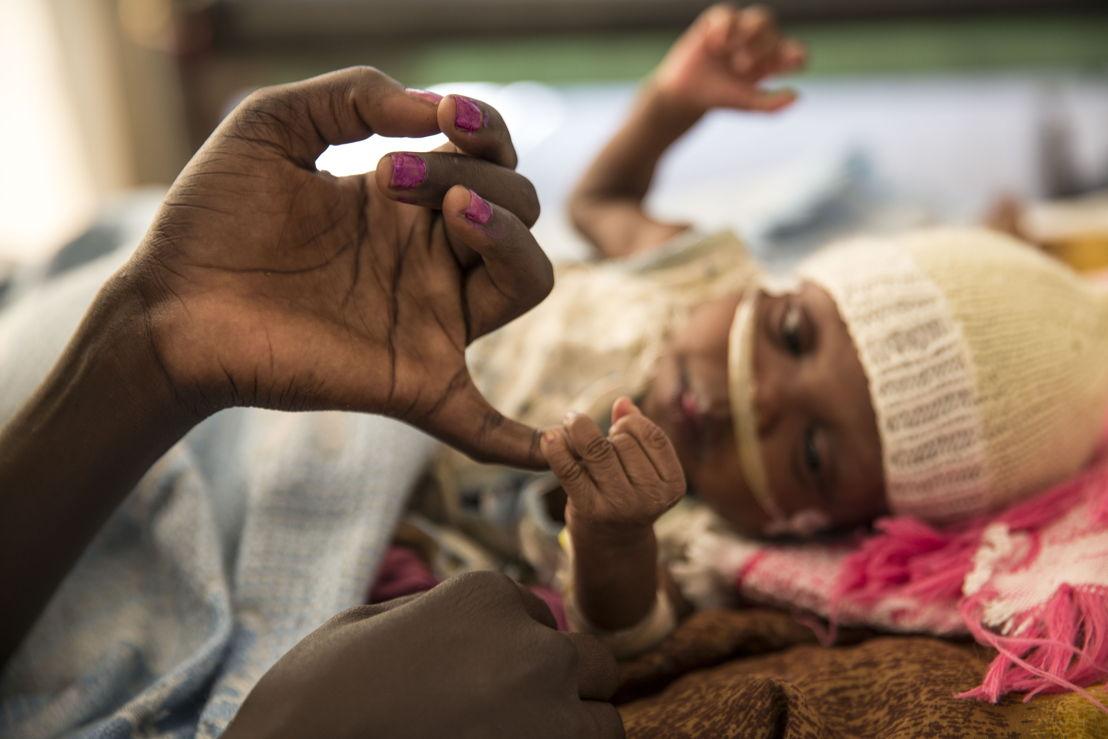De vier maand oude Mary James ligt met tuberculose in het ziekenhuis van Artsen Zonder Grenzen in het VN-vluchtelingenkamp van Malakal, in Zuid-Sudan. Sara, haar moeder, hoopt snel met haar naar huis te kunnen gaan, als het geweld in de regio tenminste gaat liggen en als Mary James genezen is ©Anna Surinyach/MSF