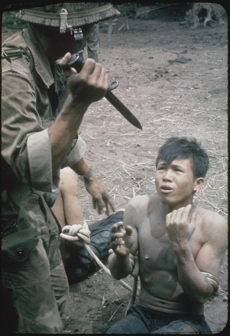 The Vietnam War - Aflevering 2: Zuid-Viëtnamese soldaat bedreigt Vietcong-verdachte -  (c) Getty Images