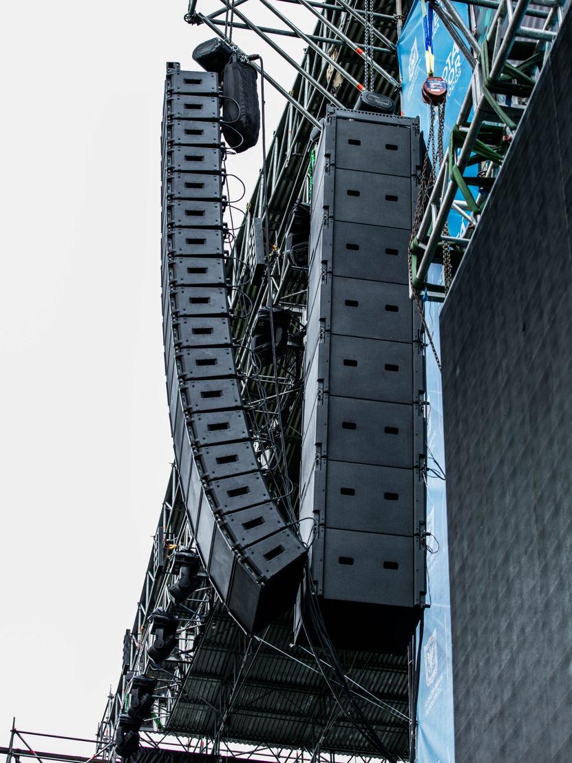 Se instaló un par de arreglos de 17 módulos ShowMatch DeltaQ, de diversos modelos, a los lados del escenario y seis módulos más para el front fill. También utilizó 32 subwoofers SMS118; 16 al frente, ubicados al piso y 16 más colgados, distribuidos en ambos costados. Además, a unos 70 metros del escenario, se instaló un sistema de delay con dos arreglos lineales de siete módulos en las torres laterales.